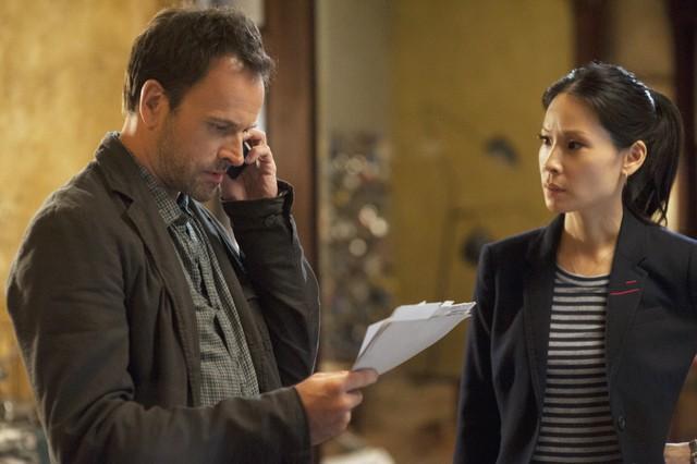 Jonny Lee Miller e Lucy Liu in una scena dell'episodio Lesser Evils della prima stagione di Elementary