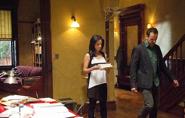 Jonny Lee Miller e Lucy Liu in una scena dell'episodio The Long Fuse della prima stagione di Elementary