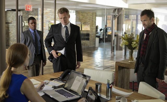 Jonny Lee Miller, Jon Michael Hill e Aidan Quinn in un momento dell'episodio While You Were Sleeping della serie Elementary