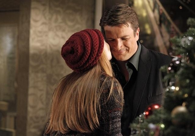 Molly C. Quinn insieme a Nathan Fillion in una scena dell'episodio Secret Santa della quinta stagione di Castle - Detective tra le righe