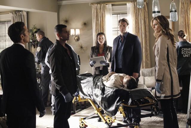 Nathan Fillion con Jon Huertas, Seamus Dever e Stana Katic in una scena dell'episodio Probable Cause della serie Castle - Detective tra le righe