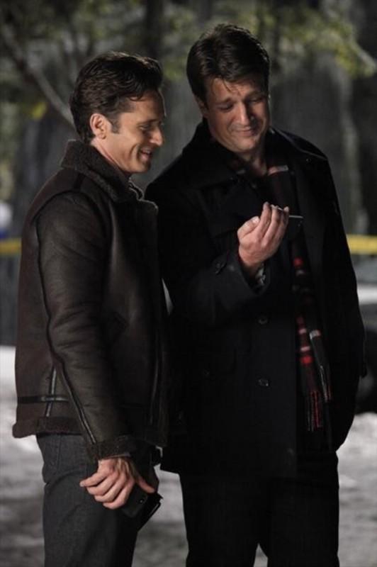 Nathan Fillion e Seamus Dever in una scena dell'episodio Secret Santa della quinta stagione di Castle - Detective tra le righe