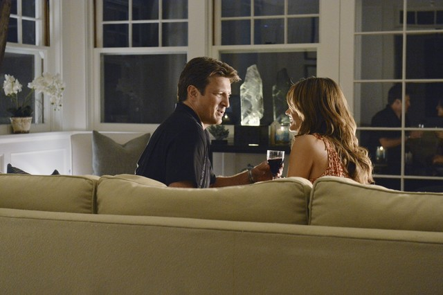 Nathan Fillion e Stana Katic in un momento dell'episodio Murder, He Wrote della serie TV Castle - Detective tra le righe