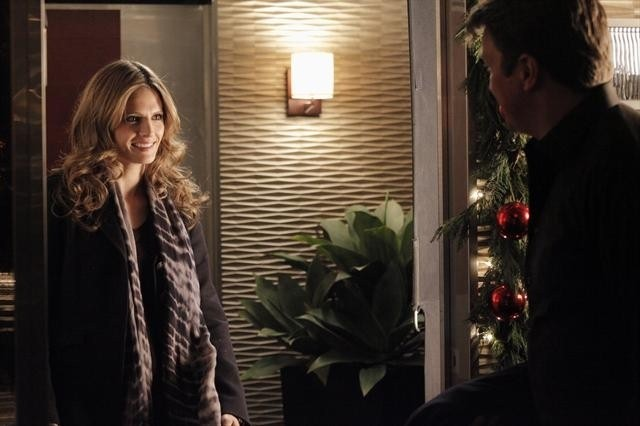 Stana Katic e Nathan Fillion in una scena dell'episodio Secret Santa della quinta stagione di Castle - Detective tra le righe