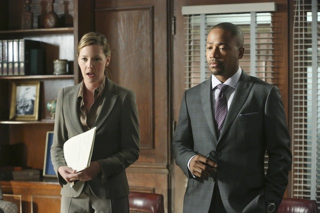 Adria Tennor e Columbus Short in una scena dell'episodio White Hat's Off della seconda stagione di Scandal