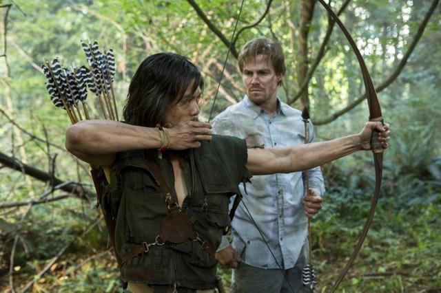 Byron Mann insieme a Stephen Amell in una scena dell'episodio Damaged della prima stagione di Arrow