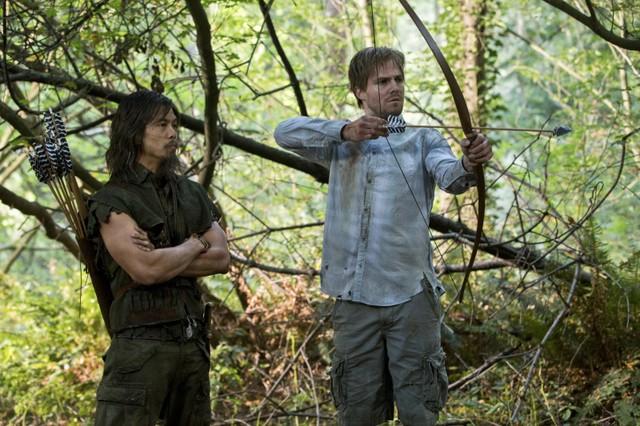 Byron Mann e Stephen Amell in una scena dell'episodio Damaged della prima stagione di Arrow