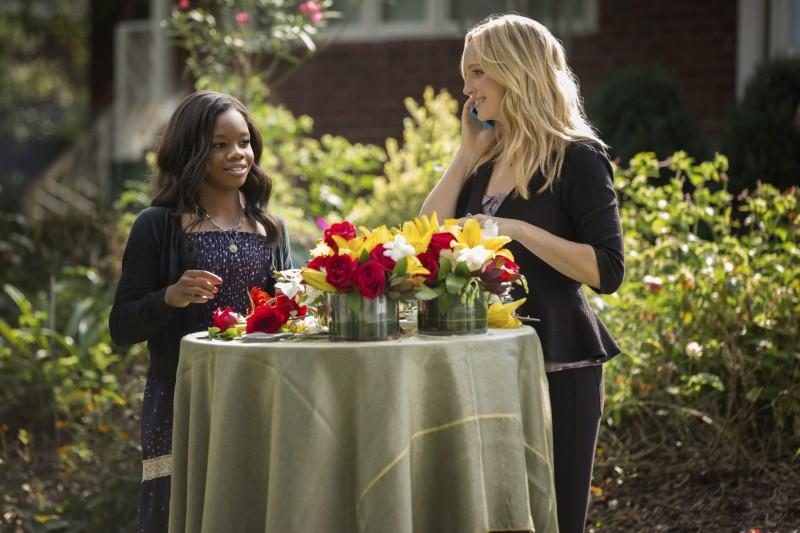 Candice Accola e Gabby Douglas in una scena dell'episodio My Brother's Keeper della serie TV The Vampire Diaries