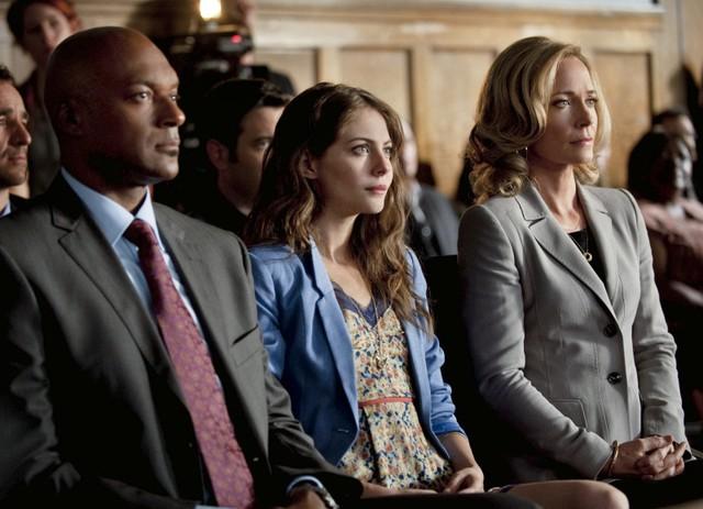 Colin Salmon, Willa Holland e Susanna Thompson in una scena dell'episodio Damaged della prima stagione della serie Arrow