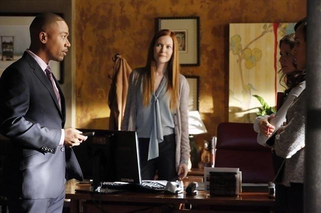 Columbus Short, Darby Stanchfield, Katie Lowes e Kerry Washington in una scena dell'episodio Spies Like Us della seconda stagione di Scandal