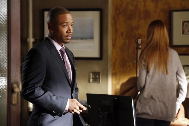 Columbus Short in una scena dell'episodio Spies Like Us della seconda stagione di Scandal