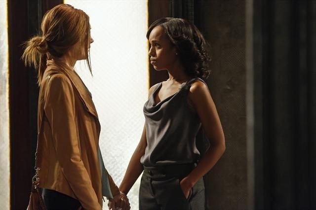 Darby Stanchfield  e Kerry Washington in una scena dell'episodio Spies Like Us della seconda stagione di Scandal