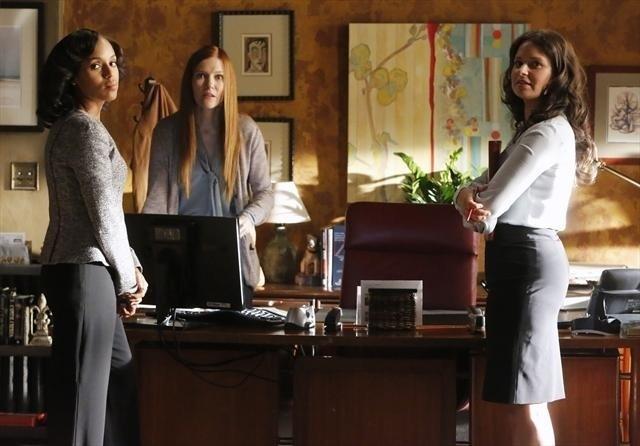 Darby Stanchfield, Katie Lowes e Kerry Washington in una scena dell'episodio Spies Like Us della seconda stagione di Scandal