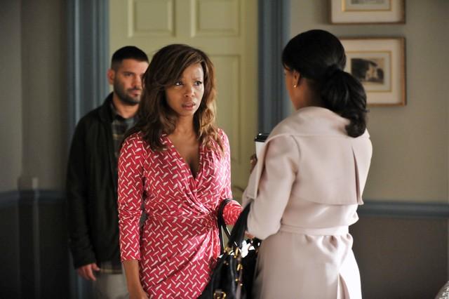Guillermo Diaz, Elise Neal e Kerry Washington in una scena dell'episodio The Other Woman della seconda stagione di Scandal