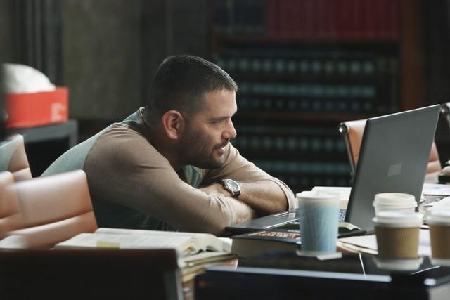 Guillermo Diaz in una scena dell'episodio White Hat's Off della seconda stagione di Scandal