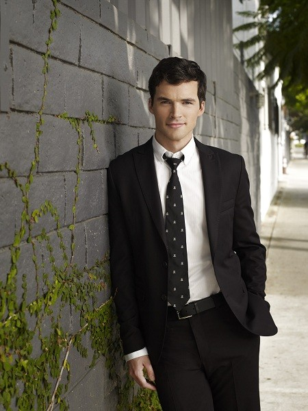 Ian Harding in una foto promozionale per la terza stagione della serie Pretty Little Liars