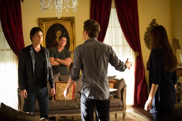 Ian Somerhalder, Michael Trevino, Paul Wesley e Nina Dobrev in una scena dell'episodio The Killer della quarta stagione di The Vampire Diaries