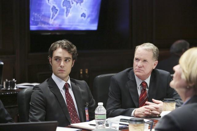 Jason Dechert e Josh Clark in una scena dell'episodio The Other Woman della seconda stagione di Scandal