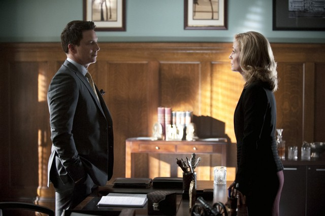John Barrowman e Susanna Thompson in una scena dell'episodio Damaged della prima stagione della serie Arrow