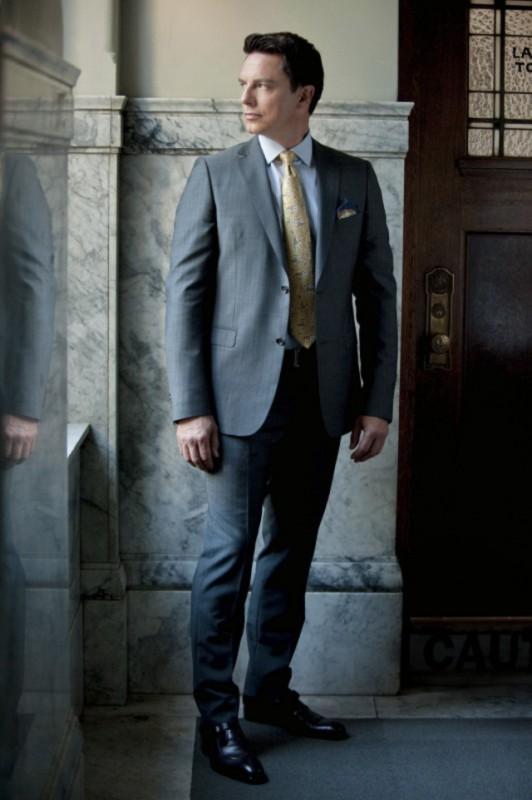 John Barrowman in una foto promozionale dell'episodio Damaged della prima stagione di Arrow