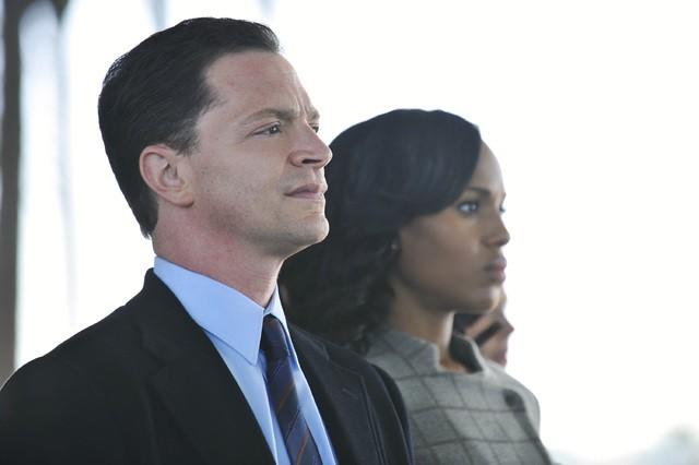 Joshua Malina e Kerry Washington in una scena dell'episodio Crash and Burn della prima stagione di Scandal