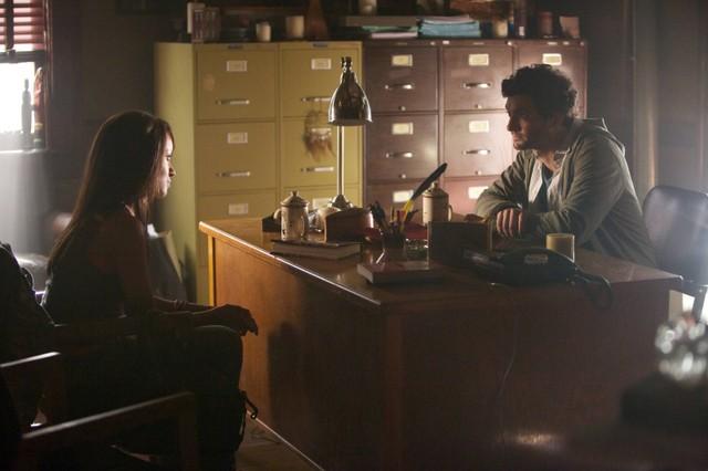 Kat Graham e David Alpay in una scena dell'episodio The Killer della quarta stagione di The Vampire Diaries