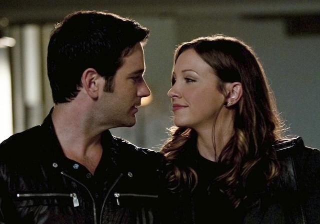 Katie Cassidy e Colin Donnell in una scena promozionale dell'episodio Damaged della prima stagione della serie Arrow