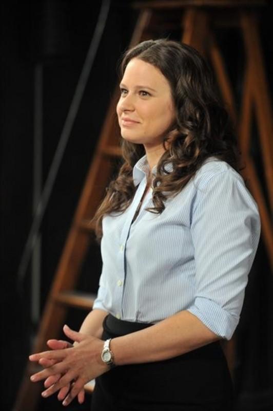 Katie Lowes in una scena dell'episodio All Roads Lead to Fitz della seconda stagione di Scandal
