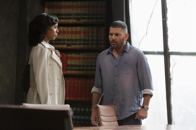 Kerry Washington e Guillermo Diaz in una scena dell'episodio Spies Like Us della seconda stagione di Scandal