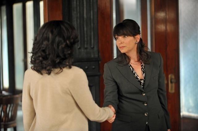Kerry Washington e Mina Badie in una scena dell'episodio All Roads Lead to Fitz della seconda stagione di Scandal