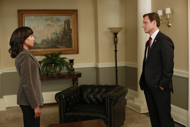 Kerry Washington e Tony Goldwin in una scena dell'episodio Beltway Unbuckled della seconda stagione di Scandal