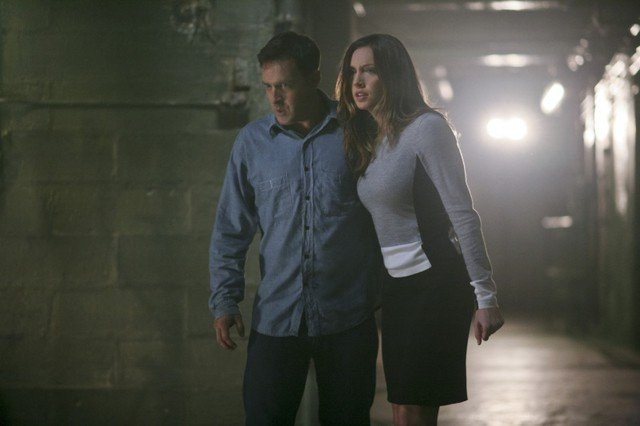Lane Edwards insieme a Katie Cassidy in una scena dell'episodio An Innocent Man della prima stagione di Arrow