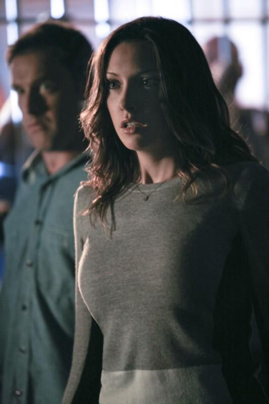 Lane Edwards e Katie Cassidy in una scena dell'episodio An Innocent Man della prima stagione di Arrow