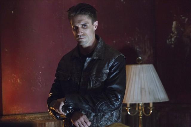 Michael Rowe in una scena dell'episodio Lone Gunmen della prima stagione di Arrow