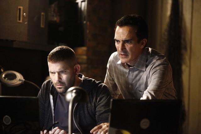 Patrick Fischler e Guillermo Diaz in una scena dell'episodio Hunting Season della seconda stagione di Scandal