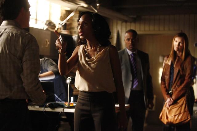 Patrick Fischler, Kerry Washington, Columbus Short e Darby Stanchfield in una scena dell'episodio Hunting Season della seconda stagione di Scandal