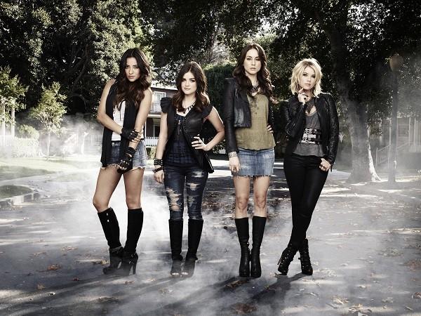 Shay Mitchell, Lucy Hale, Troian Bellisario e Ashley Benson in una foto promozionale per la serie Pretty Little Liars