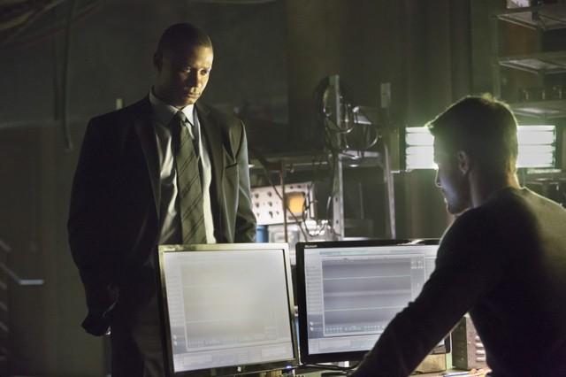Stephen Amell con David Ramsey in una scena dell'episodio Legacies della prima stagione della serie Arrow