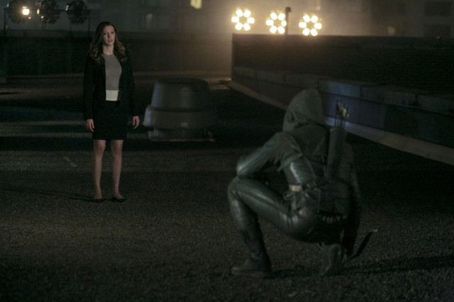 Stephen Amell con Katie Cassidy in una scena dell'episodio An Innocent Man della prima stagione di Arrow