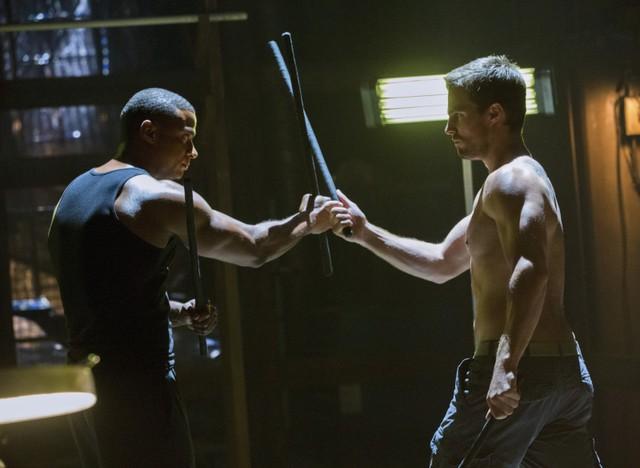 Stephen Amell con David Ramsey in una scena dell'episodio Legacies della prima stagione di Arrow