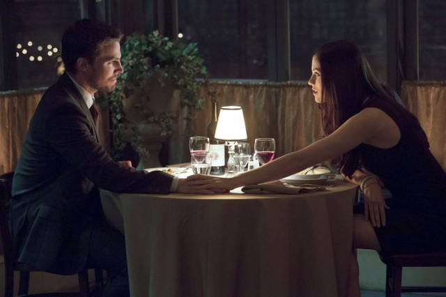Stephen Amell con Jessica De Gouw in una scena dell'episodio Muse of Fire della prima stagione di Arrow