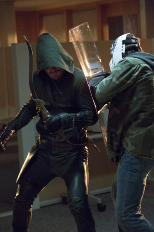 Stephen Amell e Kyle Schmid in una scena dell'episodio Legacies della prima stagione di Arrow