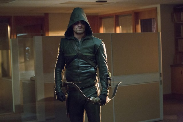 Stephen Amell in una scena dell'episodio Legacies della prima stagione di Arrow