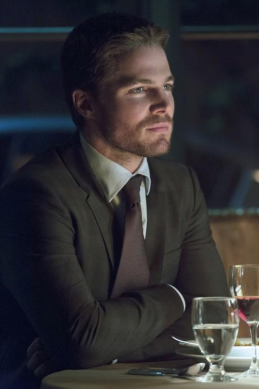 Stephen Amell in una scena per l'episodio Muse of Fire della prima stagione della serie TV Arrow