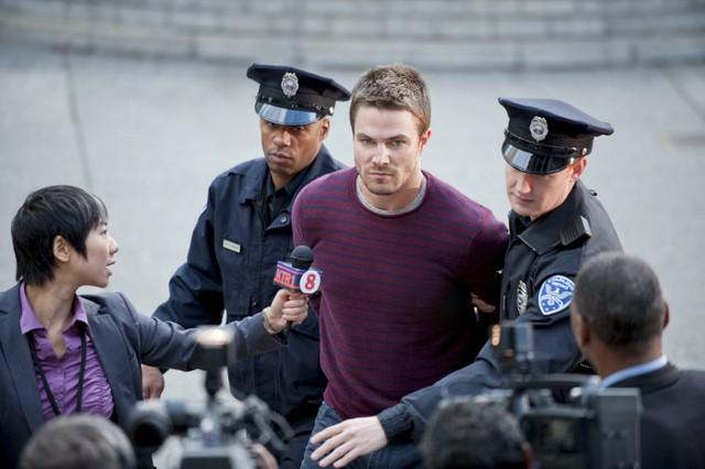 Stephen Amell in una scena dell'episodio Damaged della prima stagione della serie Arrow