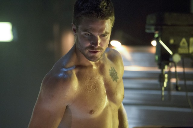 Stephen Amell in un momento dell'episodio Legacies della prima stagione di Arrow