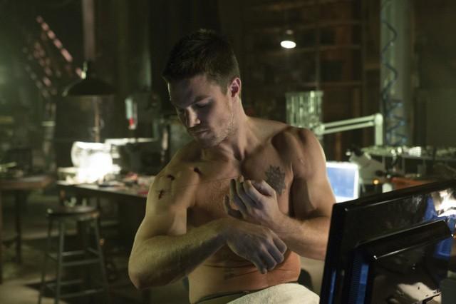 Stephen Amell in una scena dell'episodio Lone Gunmen della prima stagione della serie TV Arrow