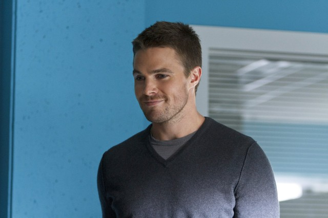 Arrow: Stephen Amell in una scena dell'episodio Lone Gunmen