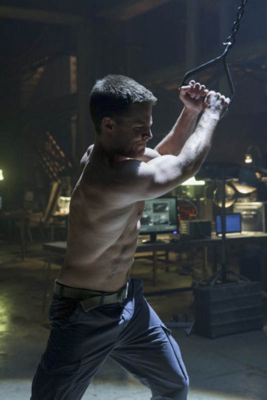 Stephen Amell in una scena dell'episodio Lone Gunmen della prima stagione della serie Arrow