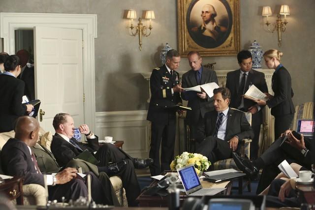 Tony Goldwin e Josh Clark in una scena dell'episodio The Other Woman della seconda stagione di Scandal